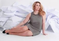 Stående av ett härligt plus lockig ung blond kvinna för format Arkivfoton
