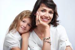 Stående av ett härligt som ler modern med hennes älskade dotter royaltyfri bild
