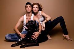 Stående av ett härligt tillfälligt par i jeans royaltyfri bild