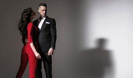 Stående av ett isolerat elegant par - royaltyfri foto