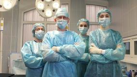 Stående av ett kirurglag efter en lyckad operation stock video