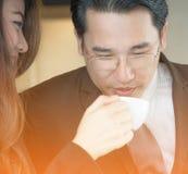 Stående av ett le affärspar med kaffe Royaltyfria Bilder