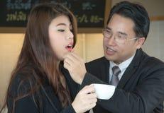 Stående av ett le affärspar med kaffe Royaltyfri Fotografi