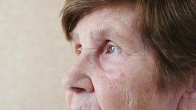 Stående av ett ledset av en äldre kvinnanärbild i profilen, ultrarapid stock video