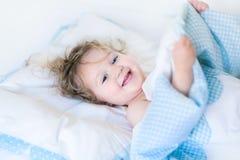 Stående av ett lyckligt litet barn som vaknar upp i morgonen Arkivfoton