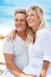 Stående av ett lyckligt romantiskt par royaltyfri bild