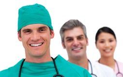 Stående av ett multi-ethnic medicinskt lag arkivfoton
