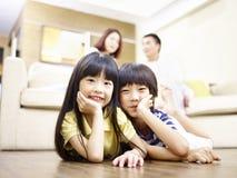 Stående av ett par av den asiatiska syskongruppen arkivbilder