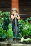 Pojkearbete i trädgården Fotografering för Bildbyråer