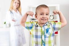 Stående av ett sunt barn i doktors kontor arkivbilder