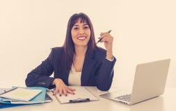 Stående av ett ungt härligt lyckligt och säkert arbete för affärskvinna på datoren på kontoret royaltyfri bild
