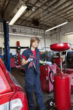 Stående av ett ungt mekanikeranseende vid svetsningutrustning fotografering för bildbyråer