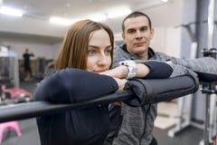 St?ende av ett ungt par i idrottshall Sport, utbildning, familj och sund livsstil fotografering för bildbyråer