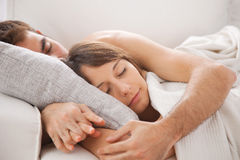 Stående av ett ungt par som sover på säng Arkivfoton