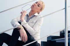 Stående av exponeringsglas & sammanträde för ung affärsmodekvinna hållande på trappa fotografering för bildbyråer