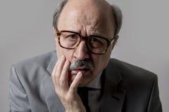 Stående av för affärsman för skallig 60-tal högt ledset och deprimerat se roligt och smutsigt i uttryck för sorgsenhetsinnesrörel arkivfoto