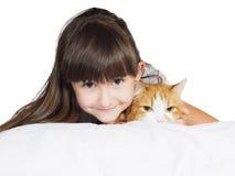 Stående av för barnunge för framsida den roliga caucasian systern för flicka med den isolerade röda katten Royaltyfri Foto