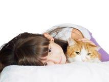 Stående av för barnunge för framsida den roliga caucasian systern för flicka med den isolerade röda katten Royaltyfria Foton