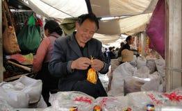 Stående av försäljaren på den Jokhang templet i Tibet Royaltyfri Foto