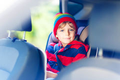 Stående av förskole- ungepojkesammanträde i bil Arkivbilder