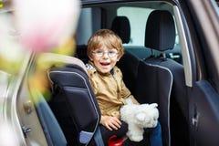 Stående av förskole- ungepojkesammanträde i bil fotografering för bildbyråer