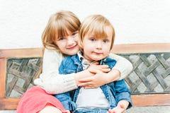 Stående av förtjusande barn, utomhus Royaltyfria Bilder
