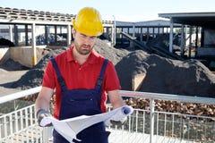 Stående av fabriksarbetaren på bakgrund för byggnadsplats Arkivbilder