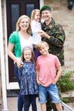 Stående av familjen med arméfadern Home On Leave arkivfoto