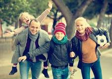 Stående av familjen med två ungar utomhus fotografering för bildbyråer