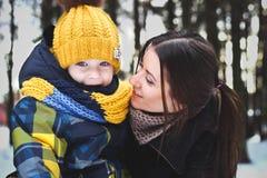 Stående av familjen på vinter arkivfoto