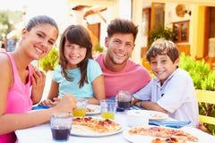 Stående av familjen som äter mål på den utomhus- restaurangen royaltyfri foto