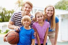 Stående av familjen som spelar basket tillsammans Royaltyfri Bild