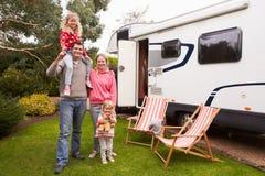 Stående av familjen som tycker om campa ferie i campareskåpbil royaltyfri foto