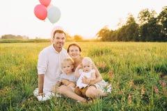 Stående av familjen utomhus på naturen royaltyfria foton