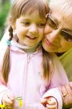 Stående av farmodern med sondottern Arkivbild