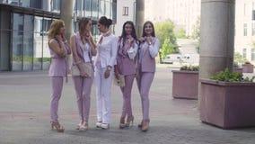 Stående av fem affärskvinnor utomhus stock video