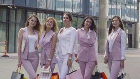 Stående av fem affärskvinnor utomhus lager videofilmer