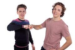 Stående av fira för två gladlynt unga män som isoleras över vit bakgrund royaltyfri fotografi