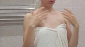 Stående av flickaöppningskruset av kräm- och att orsaka dina händer arkivfilmer