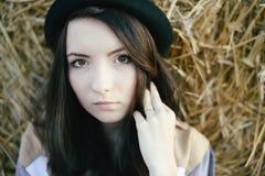 Stående av flickahipsteren mot höbalen i nedgång Royaltyfri Foto