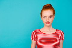Stående av flickaktigt kvinnligt beträffande för trevlig gullig älskvärd attraktiv stillhet arkivfoton