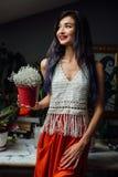 Stående av flickanärbildlivsstilen, bärande moderiktig stucken bohemisk stil för ull, hippiestil, zigenskt mode Arkivfoton
