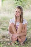 Stående av flickan 14 år i natur Arkivfoto