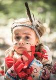 Stående av flickan i dräkt av indianen royaltyfri foto