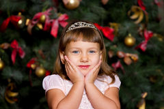 Stående av flickan i en julgran arkivfoton