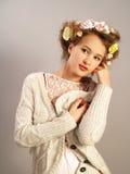 Stående av flickan i en stucken kofta Royaltyfri Foto