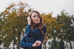 Stående av flickan i ett mörker - blå skjorta Arkivfoton