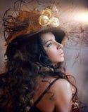 Stående av flickan i hatt med torra blommor Arkivbild