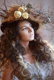 Stående av flickan i hatt med torra blommor Royaltyfri Foto