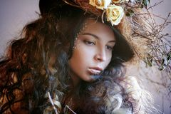 Stående av flickan i hatt med torra blommor Royaltyfria Bilder